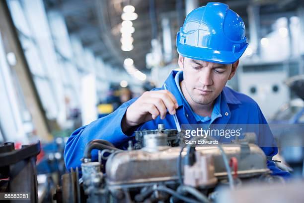 Techniker arbeiten in auto kaufen