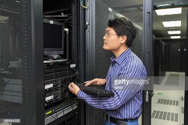 Es Techniker arbeitet mit Tastatur