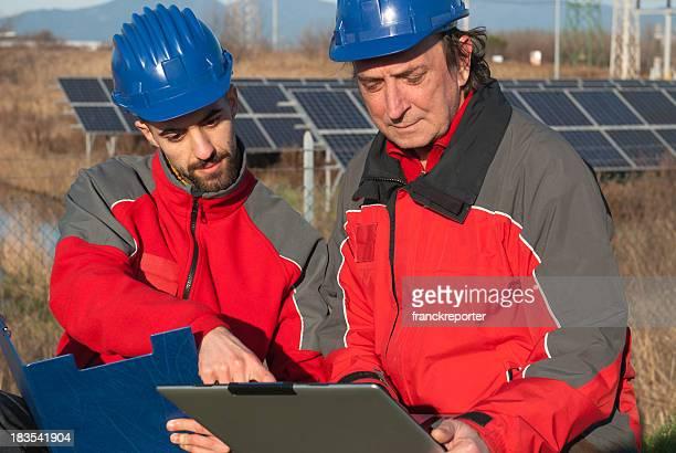Techniker Ingenieur und Solarzellen auf laptop