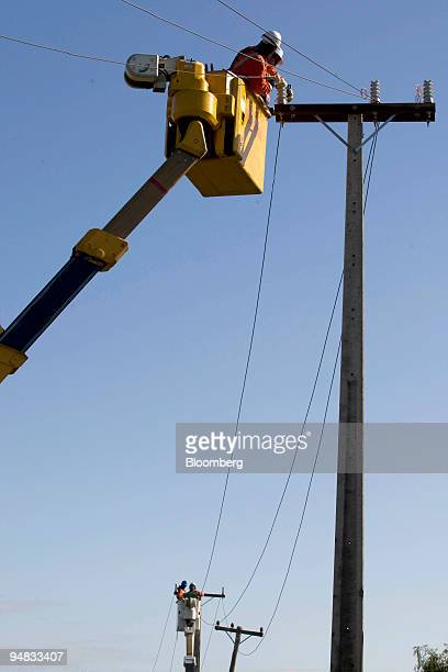 Technicians work on Vector Ltd electric power lines in Auckland New Zealand on Thursday May 15 2008 Vector Ltd is an energy infrastructure company in...