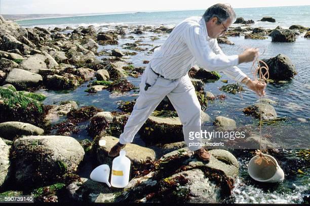 Technicien de lANDRA prélevevant de leau de mer afin d'en vérifier la radioactivité | Location BeaumontHague Manche Cotentin France