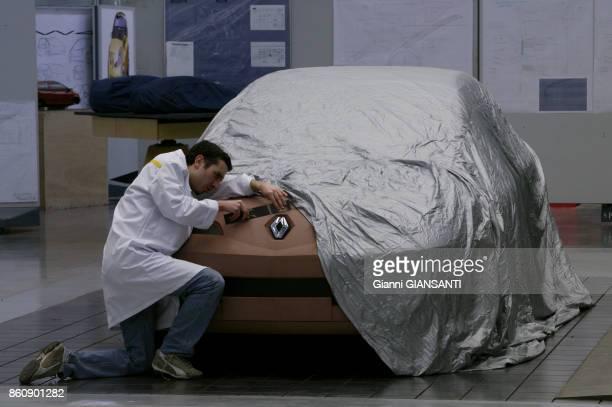 Technicien travaillant sur la maquette grandeur nature d'une voiture au Technocentre de Renault à Guyancourt en 2003 France