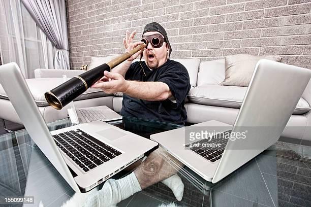 Techno Pirate mit Spyglass