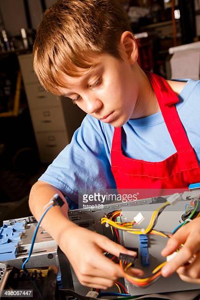 Technologie: Der teen Jungen Lehrling lernt über computer teilen.