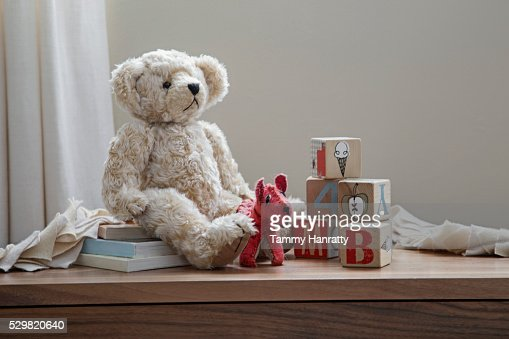 Teddy bear and toys on shelf : Stock-Foto