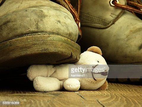 Urso de Pelúcia esmagada por um pesado, de botas militares. : Foto de stock