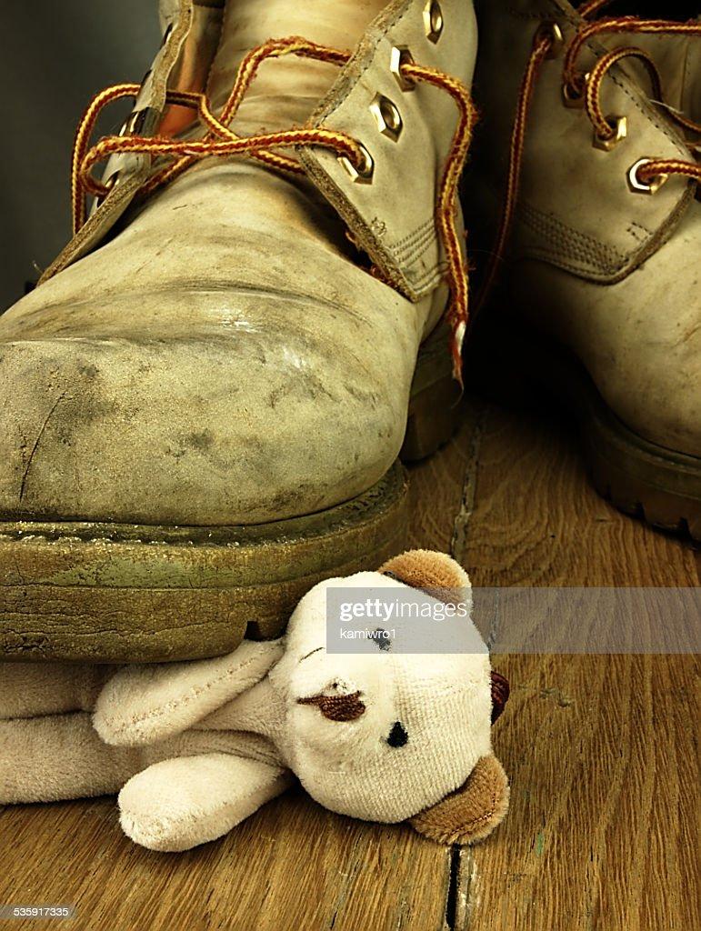 Osito de peluche aplastada por la bota altas, old militares. : Foto de stock