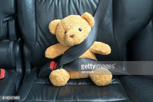 Orsacchiotto Allacciando l'sul sedile posteriore di un'auto : Foto stock