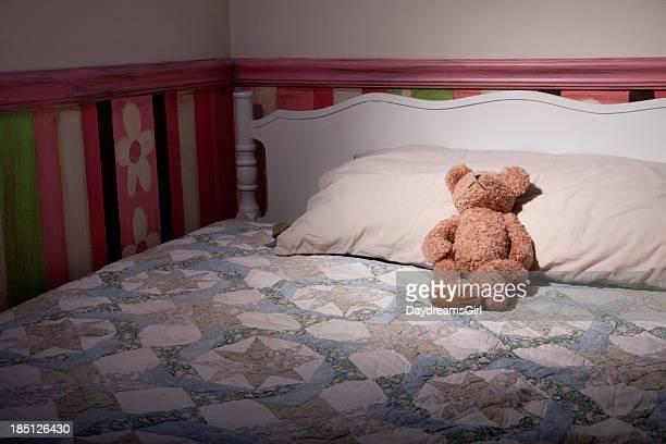Ours en peluche sur le lit