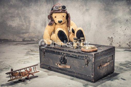 Teddybär mit leder cabriohaube und brille sitzt auf vintage alter