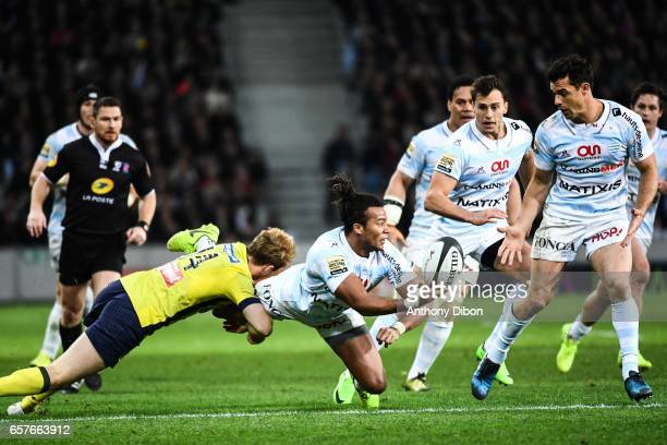 Teddy Thomas of Racing 92 gives the ball to Dan Carter of Racing 92 during the Top 14 match between Racing 92 and Clermont Auvergne at Stade...