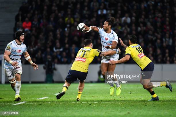 Teddy Thomas of Racing 92 gives the ball to Wenceslas Lauret of Racing 92 during the Top 14 match between Racing 92 and Clermont Auvergne at Stade...