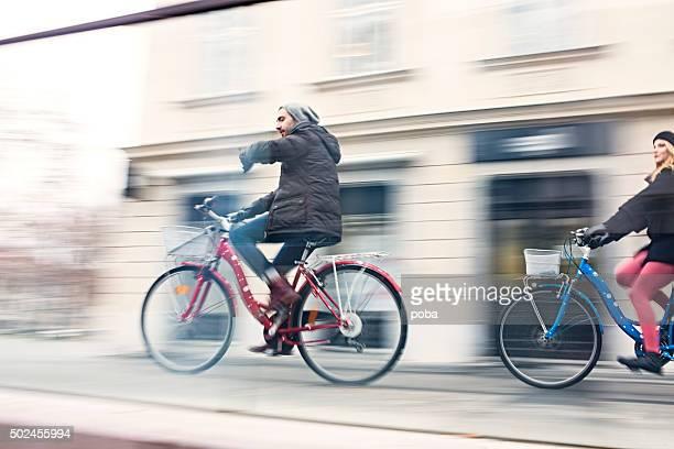 Teen Paar mit dem Fahrrad in der Stadt