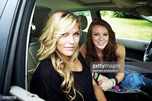 Teenager weiblich Geschwister lebhaften Sommer Tag im Freien