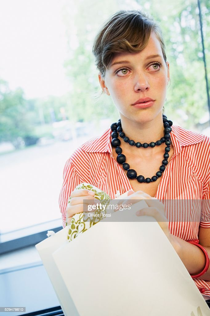 Teen girl holding shopping bag : Photo