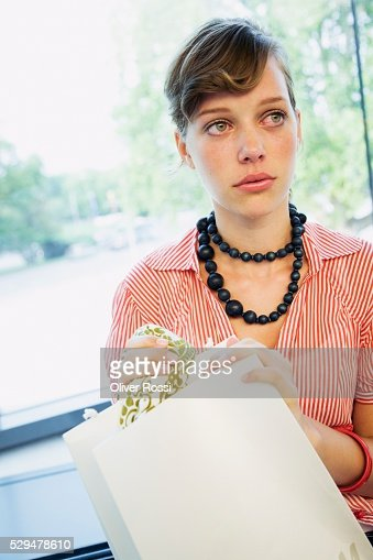 Teen girl holding shopping bag : Stock-Foto
