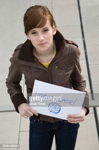Teen girl holding sign : Stock-Foto