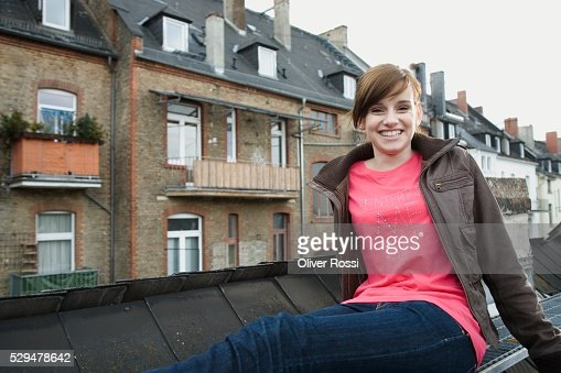 Teen girl in urban setting : Stockfoto