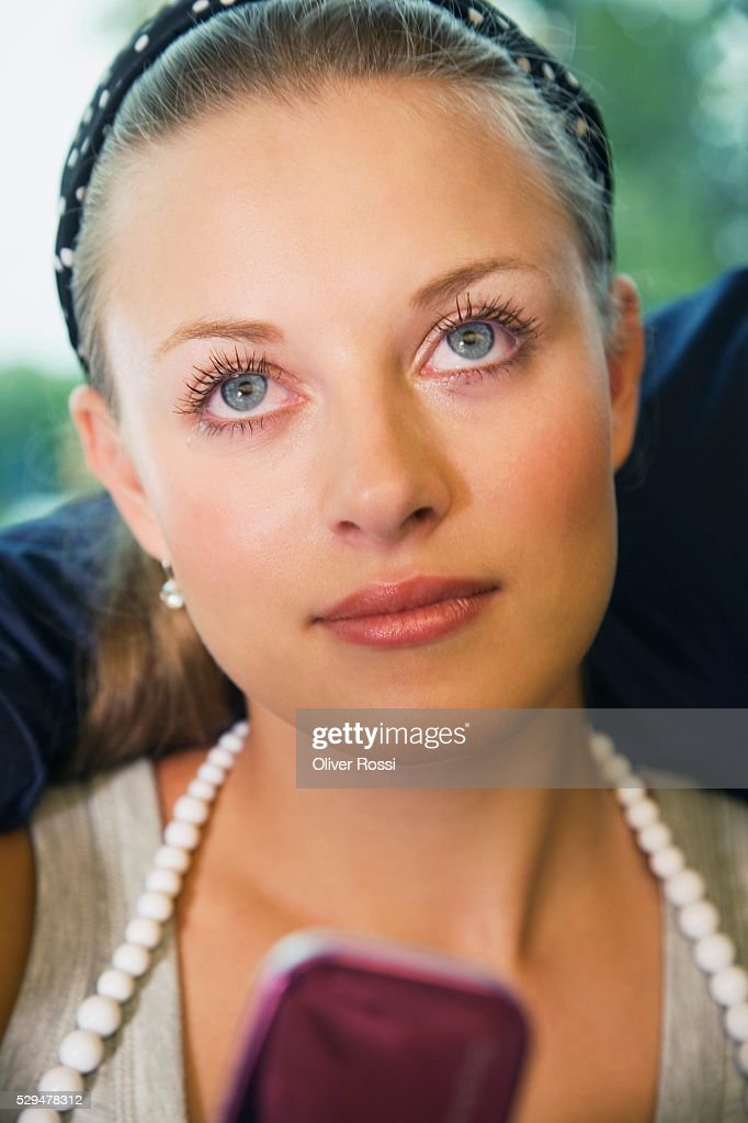 Teen girl looking up : Stockfoto