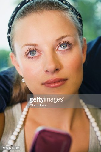 Teen girl looking up : Foto stock