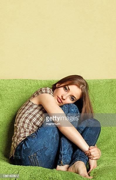 Teen Mädchen auf sofa