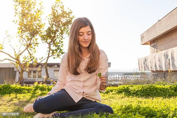 Teen Mädchen pflücken 4-Blatt Kleeblätter.