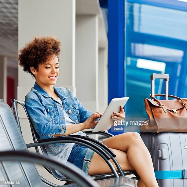 Teen ragazza in attesa per il volo