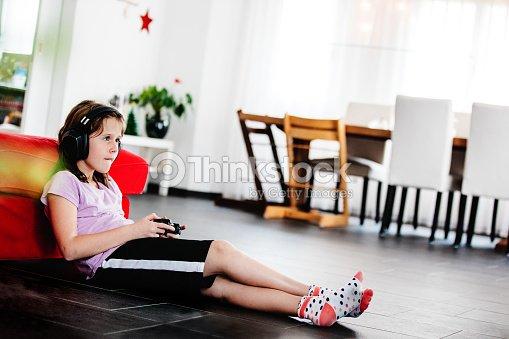 Chica Adolescente Con Los Auriculares Puestos Y Manteniendo
