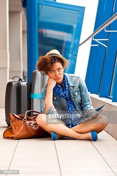 Teen fille avec une tablette numérique à l'aéroport