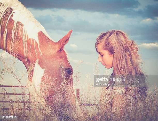 Teen ragazza con un cavallo in Montana Ranch