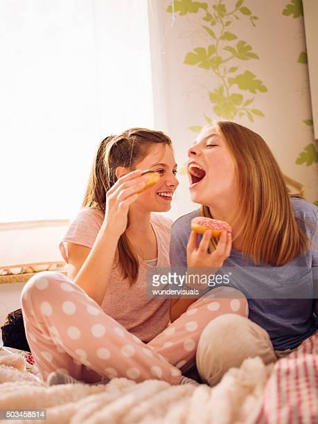 Teen girls 食事には、パジャマは、ドーナッツのパーティ
