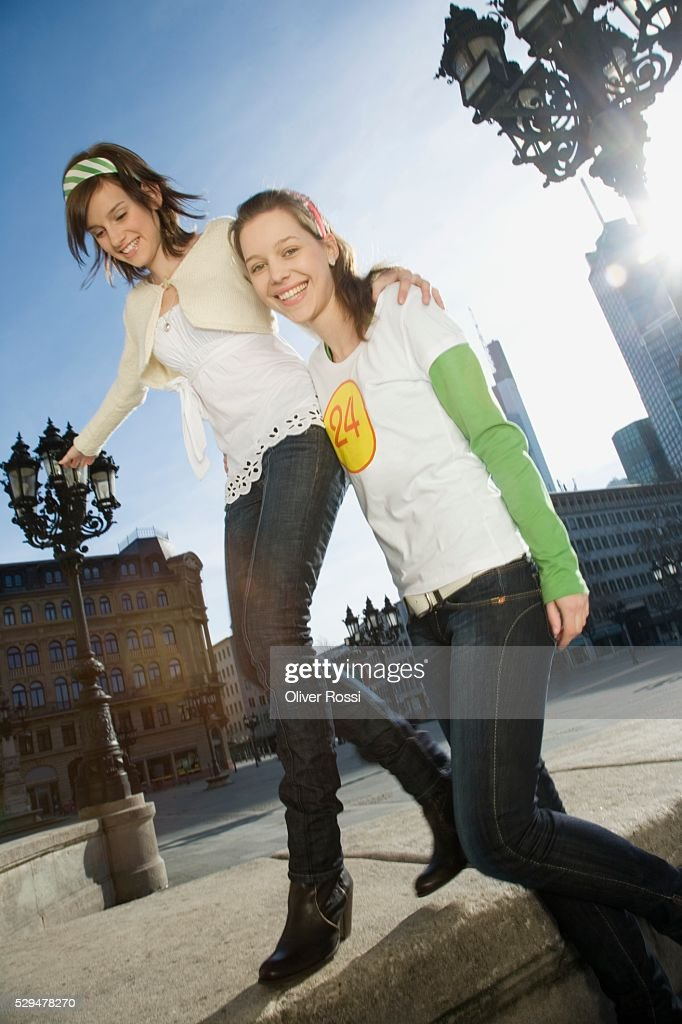 Teen girls in city : Foto de stock