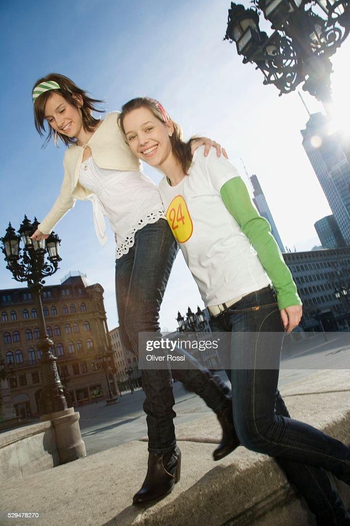 Teen girls in city : Stockfoto
