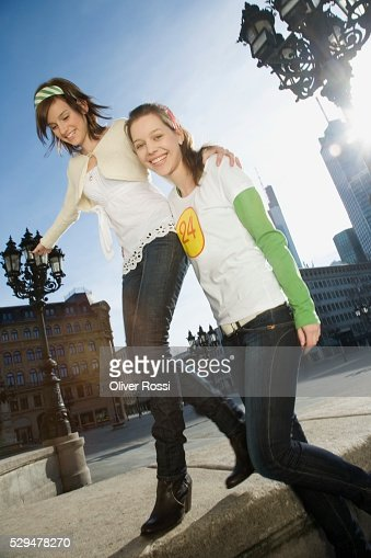 Teen girls in city : Stockfoto