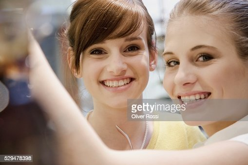 Teen girls in shopping center : Bildbanksbilder