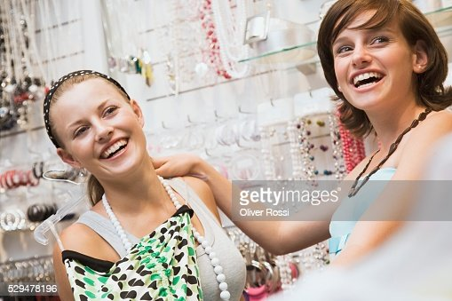 Teen girls in store : Stock-Foto
