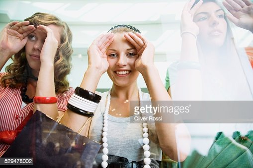 Teen girls looking through shop window : ストックフォト