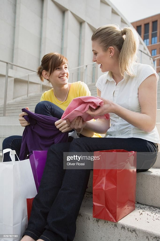 Teen girls on steps of shopping center : Stockfoto
