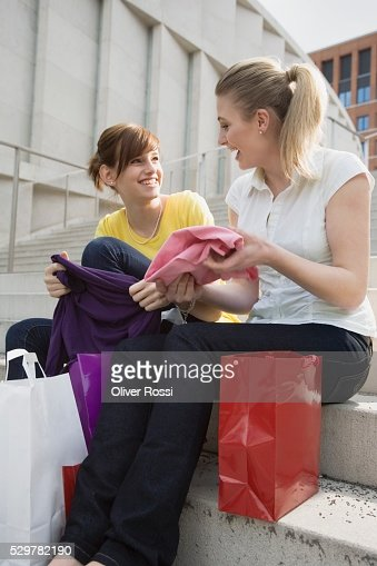 Teen girls on steps of shopping center : Foto stock