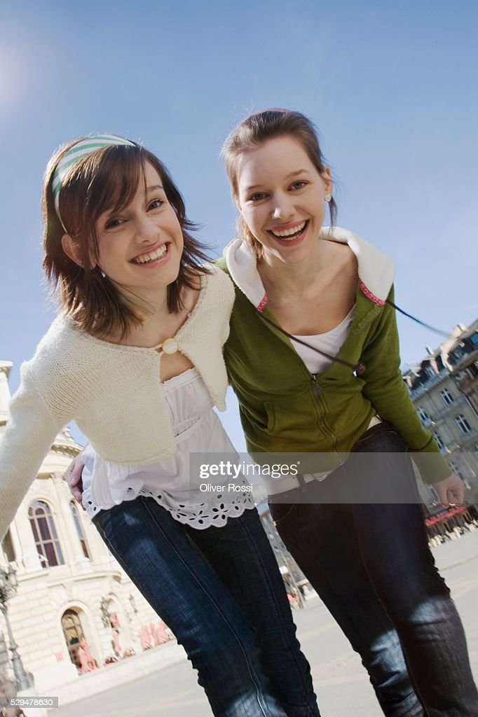 Teen girls walking together : Foto de stock
