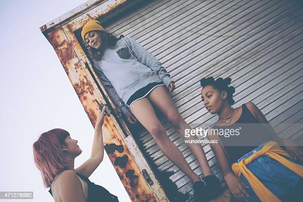 Teen grunge Freunden auf der Rückseite der truck