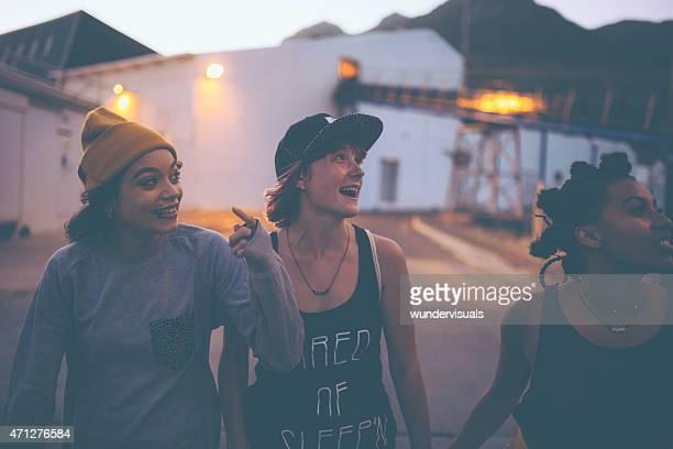 Teen grunge-Mädchen Freunde gehen und lachen zusammen
