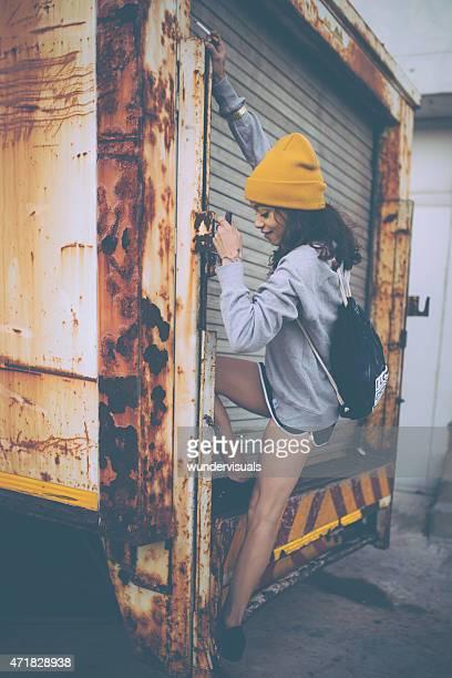 Teen grunge-Mädchen, die auf der Rückseite einen Lkw