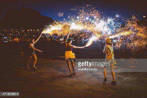 10 代の少女ダンスグランジ夜の花火と広がります。