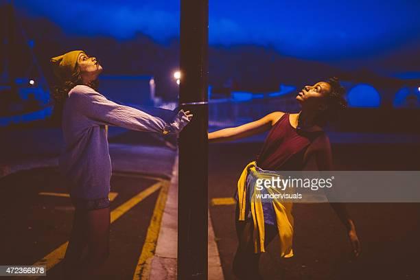 Teen grunge Mädchen nachschlagen auf eine Lampe post
