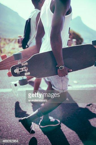 Teen longboarders marcher ensemble allure décontractée