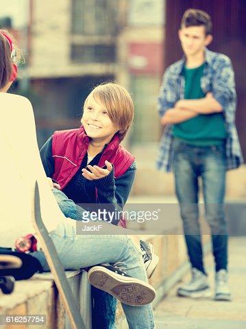 Teen tomaram infracção com os seus amigos : Foto de stock