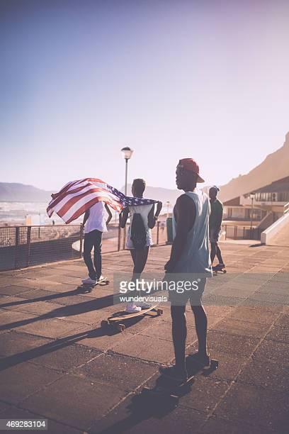 Adolescente afro-americana sventolare una bandiera americana skater