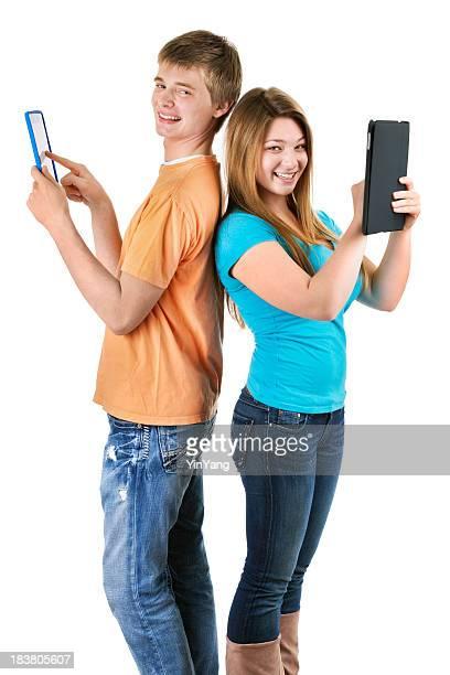 Teenage Boy and Girl estudiantes utilizando Tablet ordenadores sobre blanco