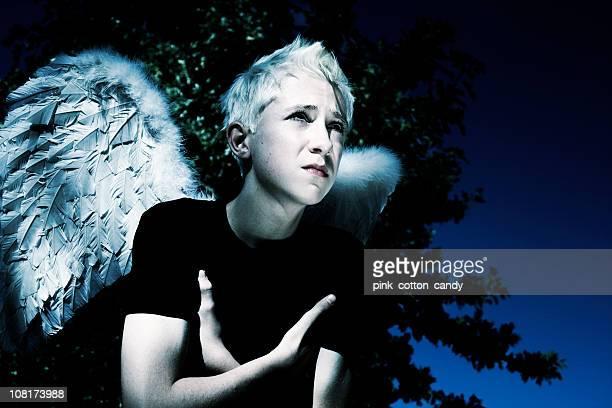 Teenager junge gekleidet in Engel Flügel